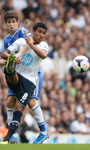 28.set.2013 - Paulinho disputa bola com Oscar na partida entre Tottenham e Chelsea, pelo Campeonato Inglês