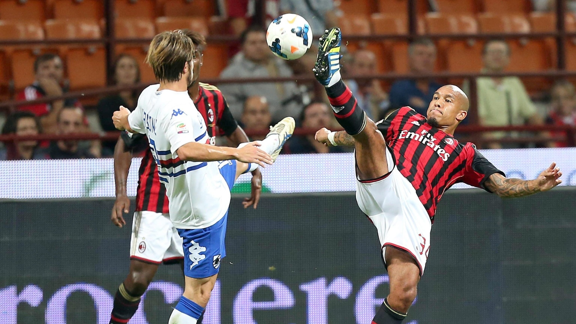 28.set.2013 - De Jong, do Milan, disputa a bola com Gianluca Sansone, do Sampdoria