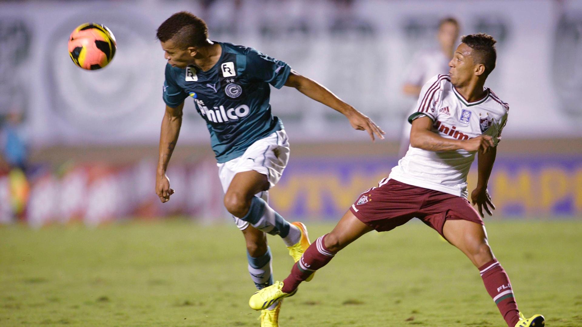 28.set.2013 - Jogadores disputam a bola em partida do Goiás contra o Fluminense, válida pelo Campeonato Brasileiro