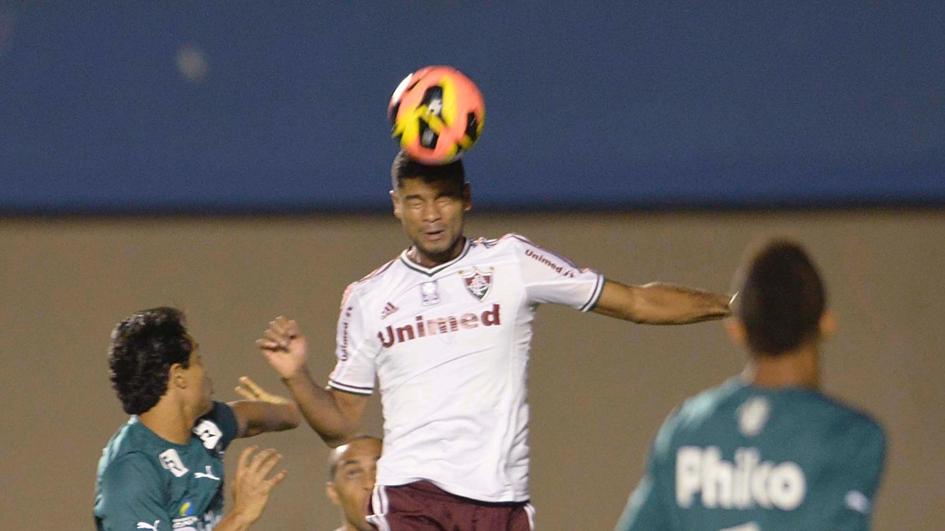 28.set.2013 - Jogadores disputam bola pelo alto em duelo entre Goiás e Fluminense, válido pelo Campeonato Brasileiro
