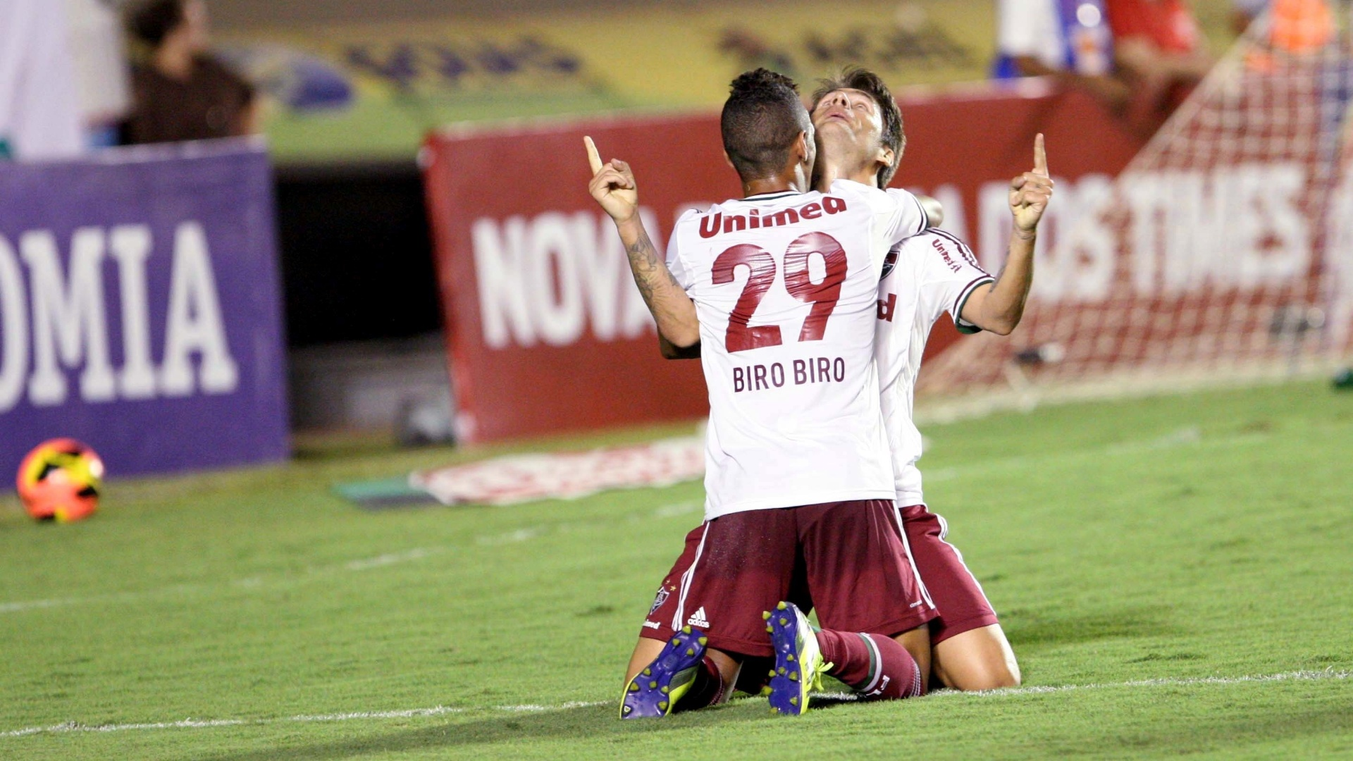 28.set.2013 - Jogadores do Fluminense celebram o segundo gol marcado pelo clube contra o Goiás em jogo do Campeonato Brasileiro