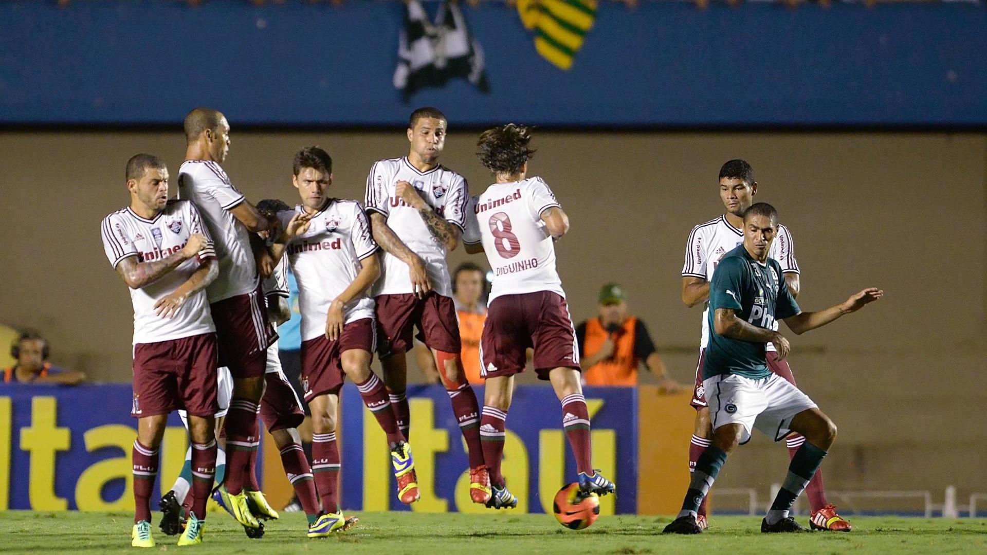 28.set.2013 - Jogadores do Fluminense fazem barreira em cobrança de falta do Goiás, rival da equipe carioca no Campeonato Brasileiro