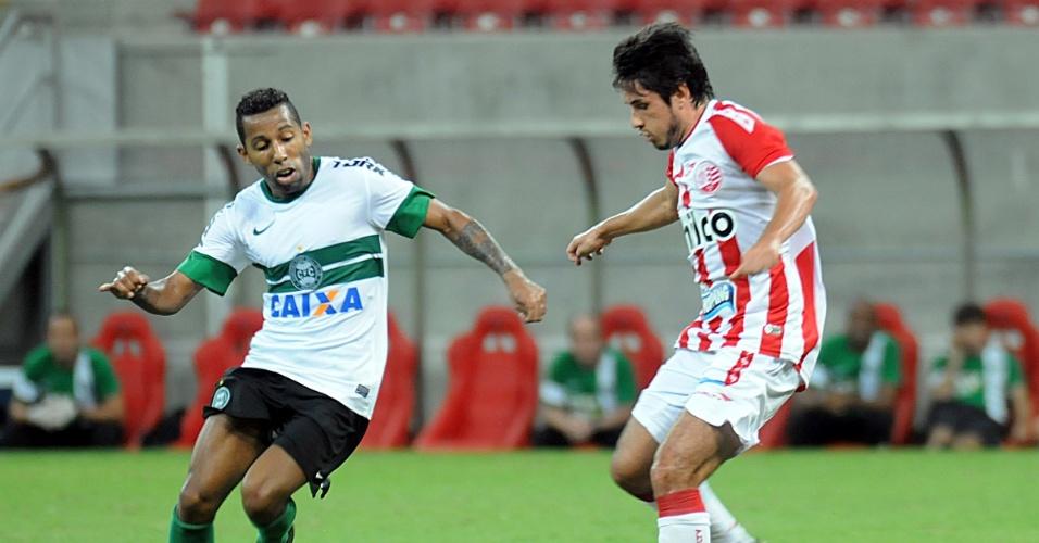 28.set.2013 - Vitor Junior e Thiago Real disputam a bola em jogo do Náutico contra o Coritiba no Campeonato Brasileiro