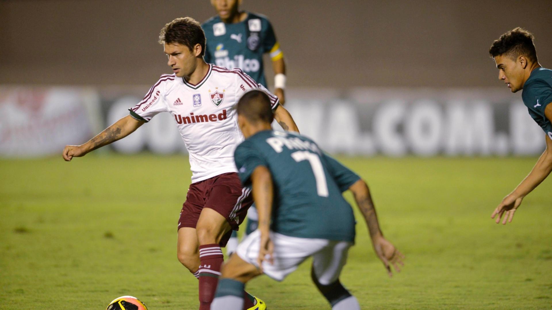 28.set.2013 - Observado por três marcadores do Goiás, Rafael Sóbis tenta jogada para o Fluminense em jogo do Campeonato Brasileiro