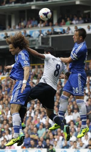 28.set.2013 - Paulinho, do Tottenham, briga pela bola em jogada com David Luiz e John Terry, do Chelsea