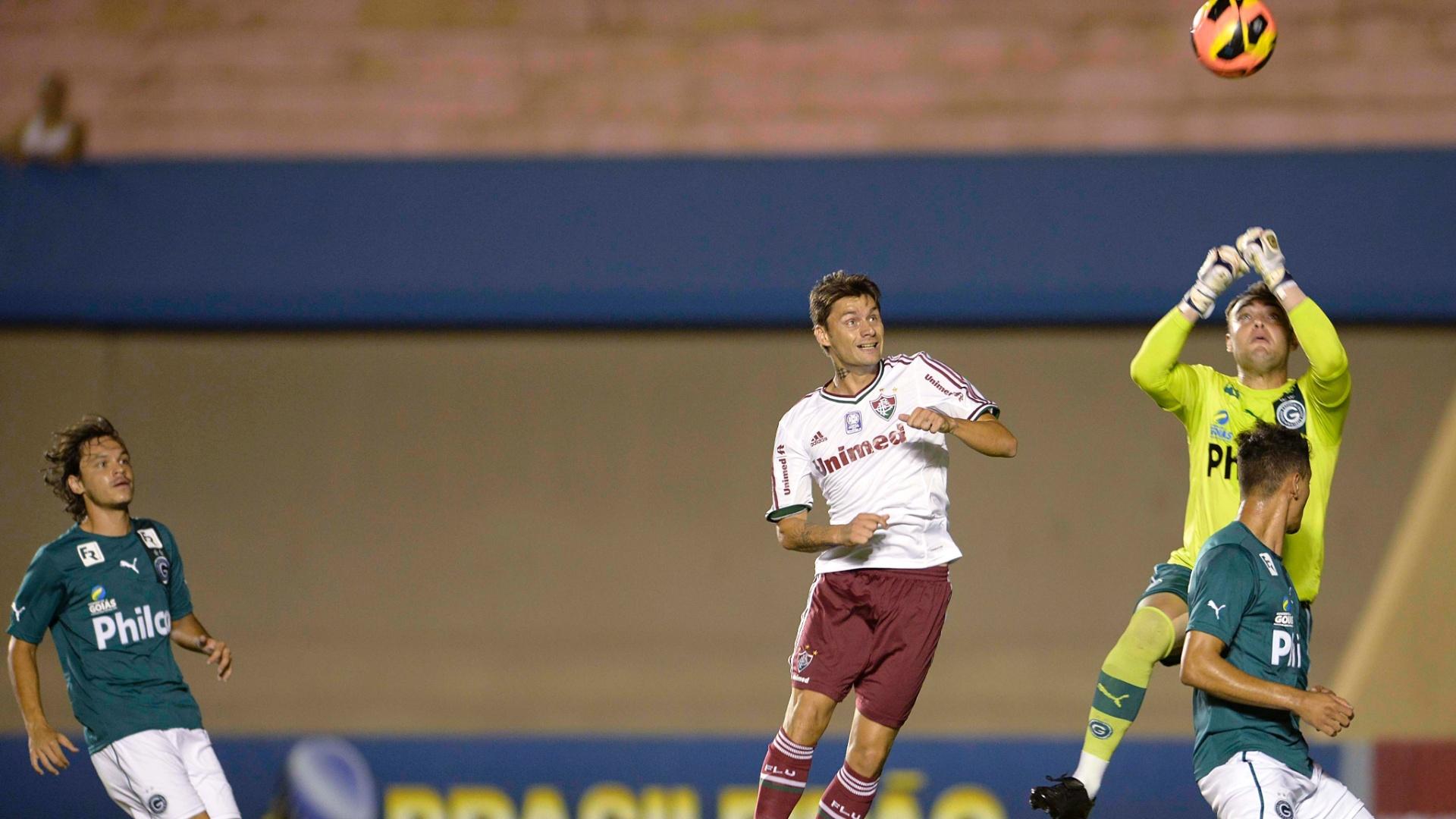 28.set.2013 - Rafael Sóbis, do Fluminense, disputa a bola no alto com o goleiro Renan, do Goiás, em jogo do Campeonato Brasileiro