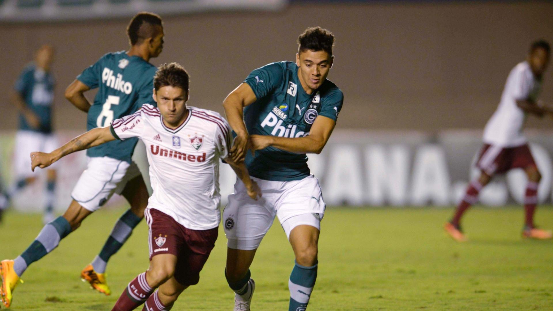 28.set.2013 - Rafael Sóbis e marcador disputam a bola em jogo entre Goiás e Fluminense, válido pelo Campeonato Brasileiro