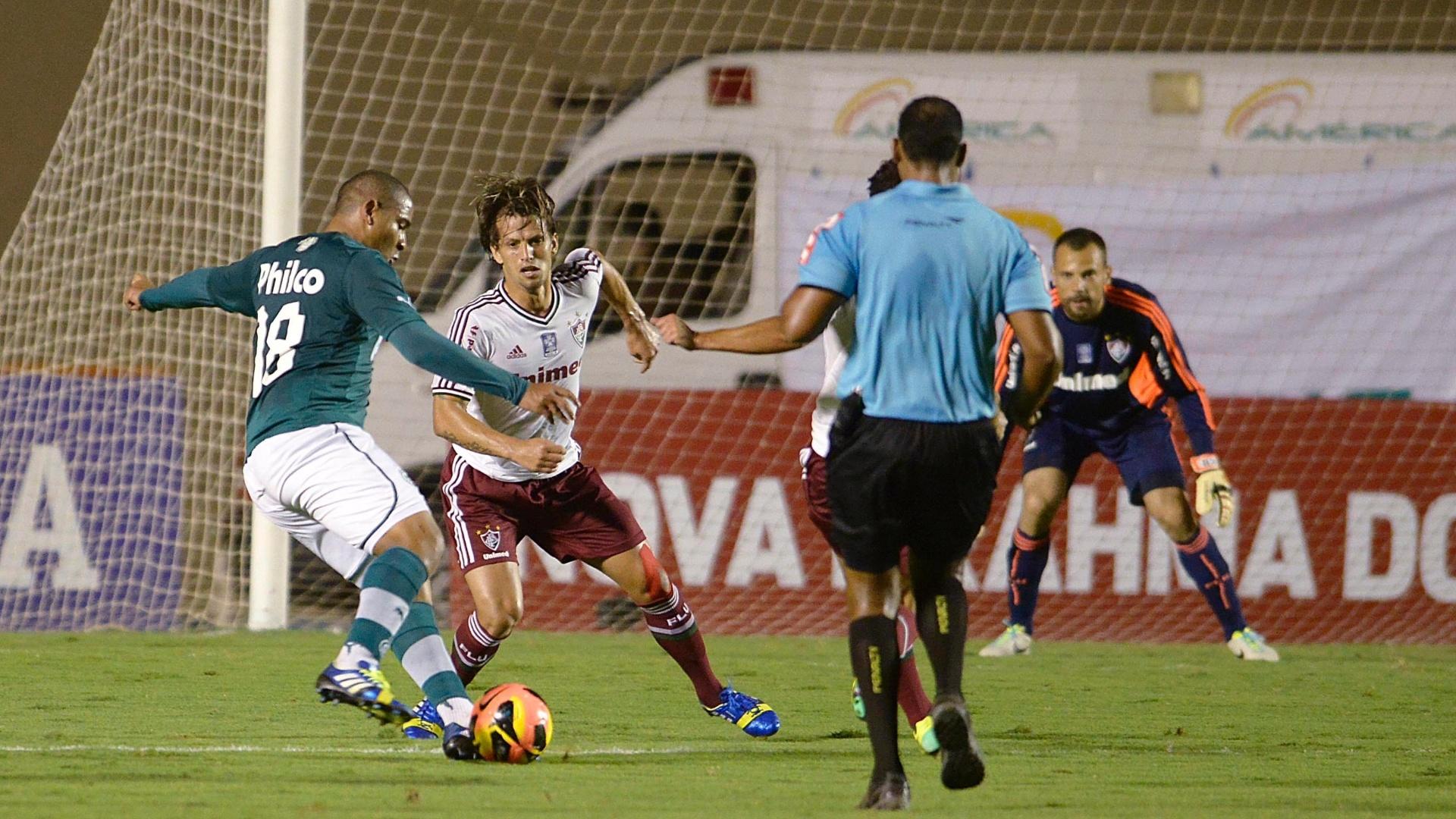 28.set.2013 - Walter, atacante do Goiás, tenta jogada individual diante de Diguinho, do Fluminense, em jogo do Campeonato Brasileiro