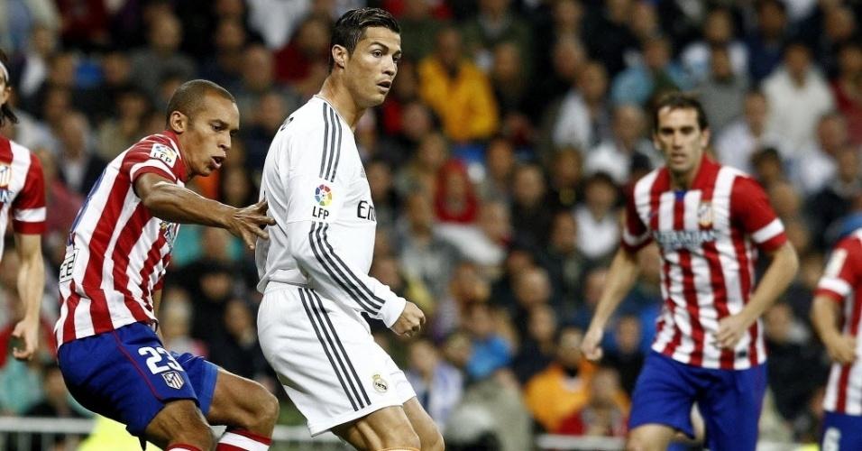Cristiano Ronaldo e Miranda disputam bola no clássico da cidade de Madri
