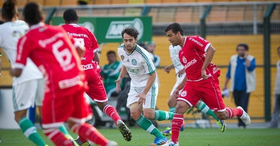 Valdivia disputa bola em jogo contra o América-RN, no Pacaembu