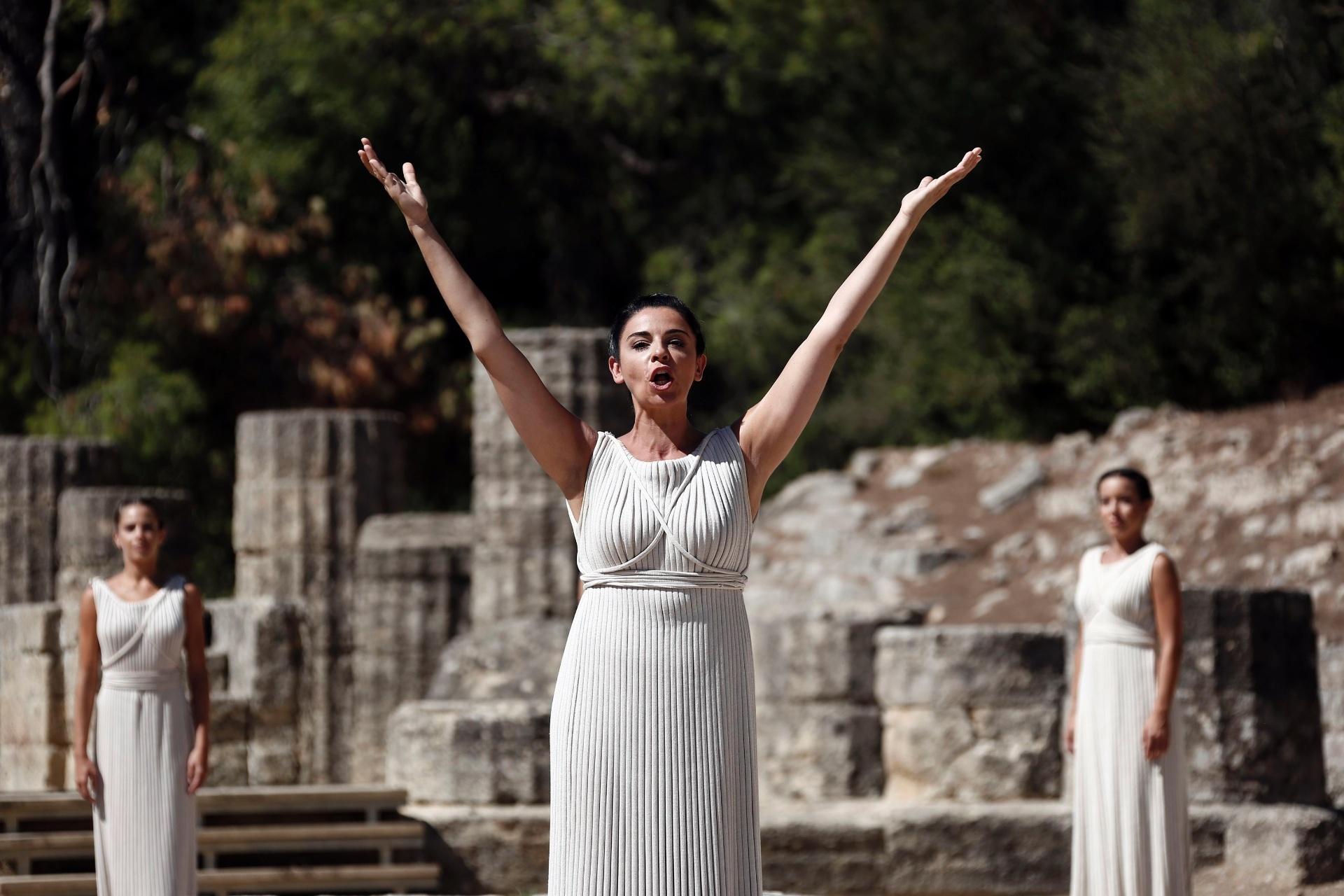 29.set.2013 - A alta sacerdotisa levanta os braços em oração no local da antiga Olímpia, na Grécia