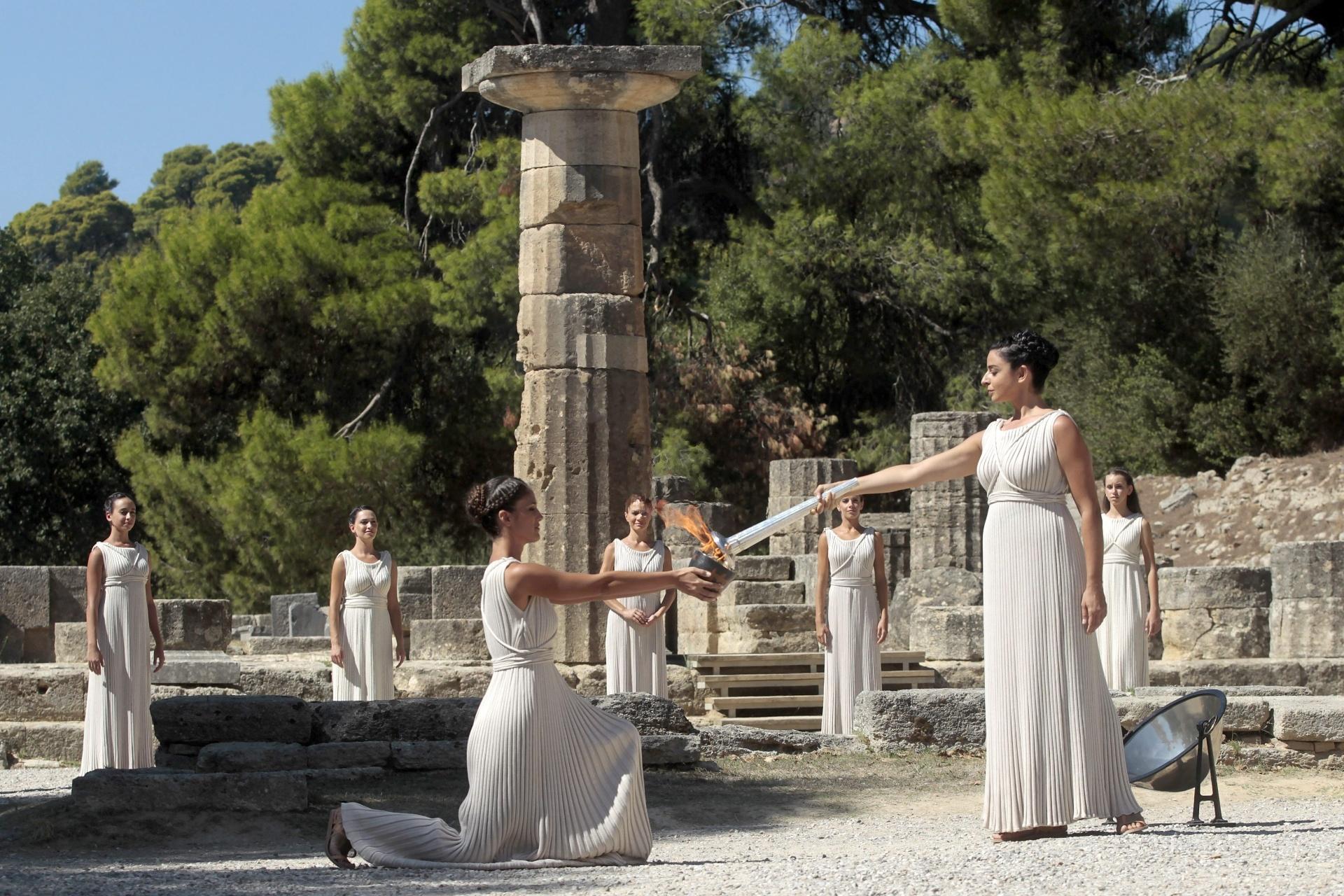 29.set.2013 - A atriz grega foi a sacerdotisa da cerimônia da chama olípica