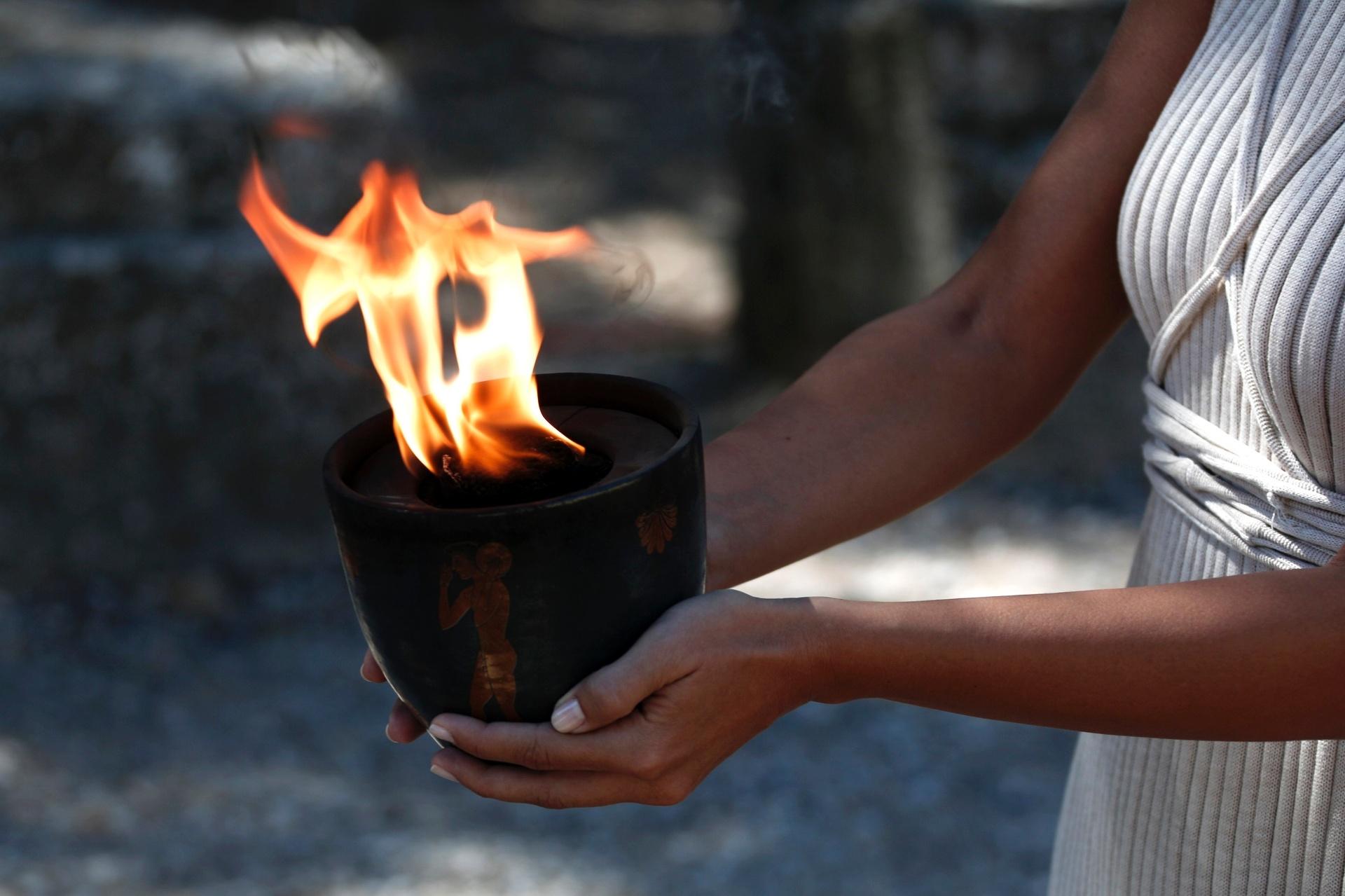 29.set.2013 - A chama é carregada pela atriz grega Ino Menegaki