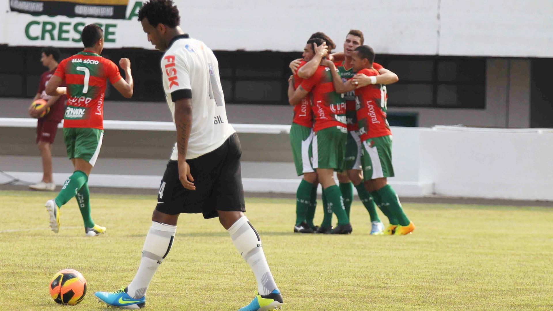 29.set.2013 - Jogadores da Portuguesa comemoram gol de Gilberto contra o Corinthians, pelo Campeonato Brasileiro
