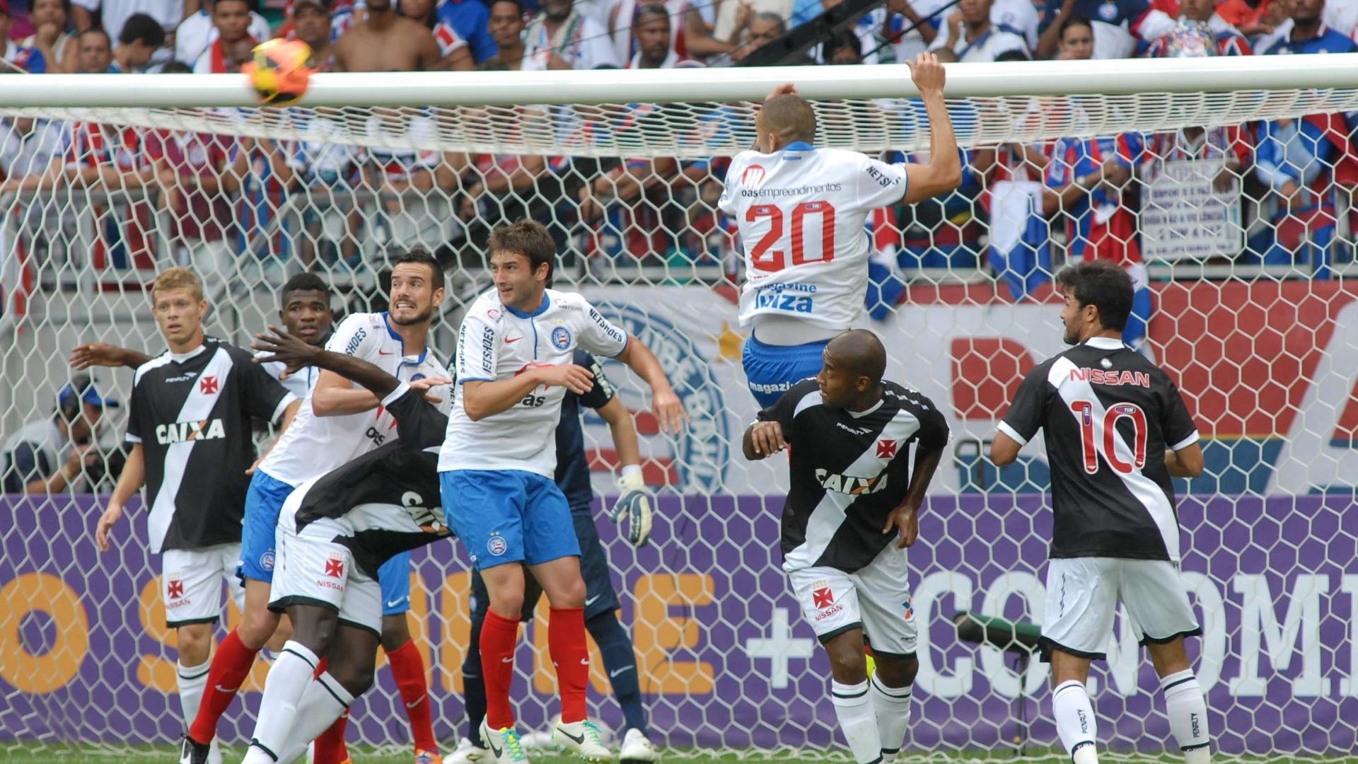 29.set.2013 - Jogadores do Vasco observam cobrança de falta do Bahia durante partida do Campeonato Brasileiro