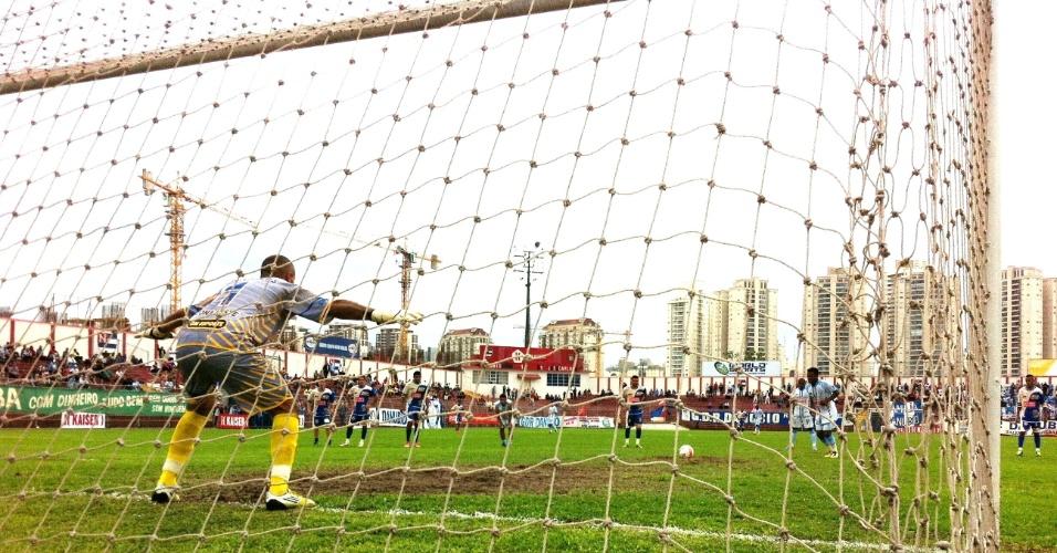 Danúbio, da Freguesia do Ó, empatou em 1 a 1 com o Jardim São Carlos, de Guaianases. Na foto, pênalti sobrado por Feijão que Marins, goleiro do São Carlos, defendeu