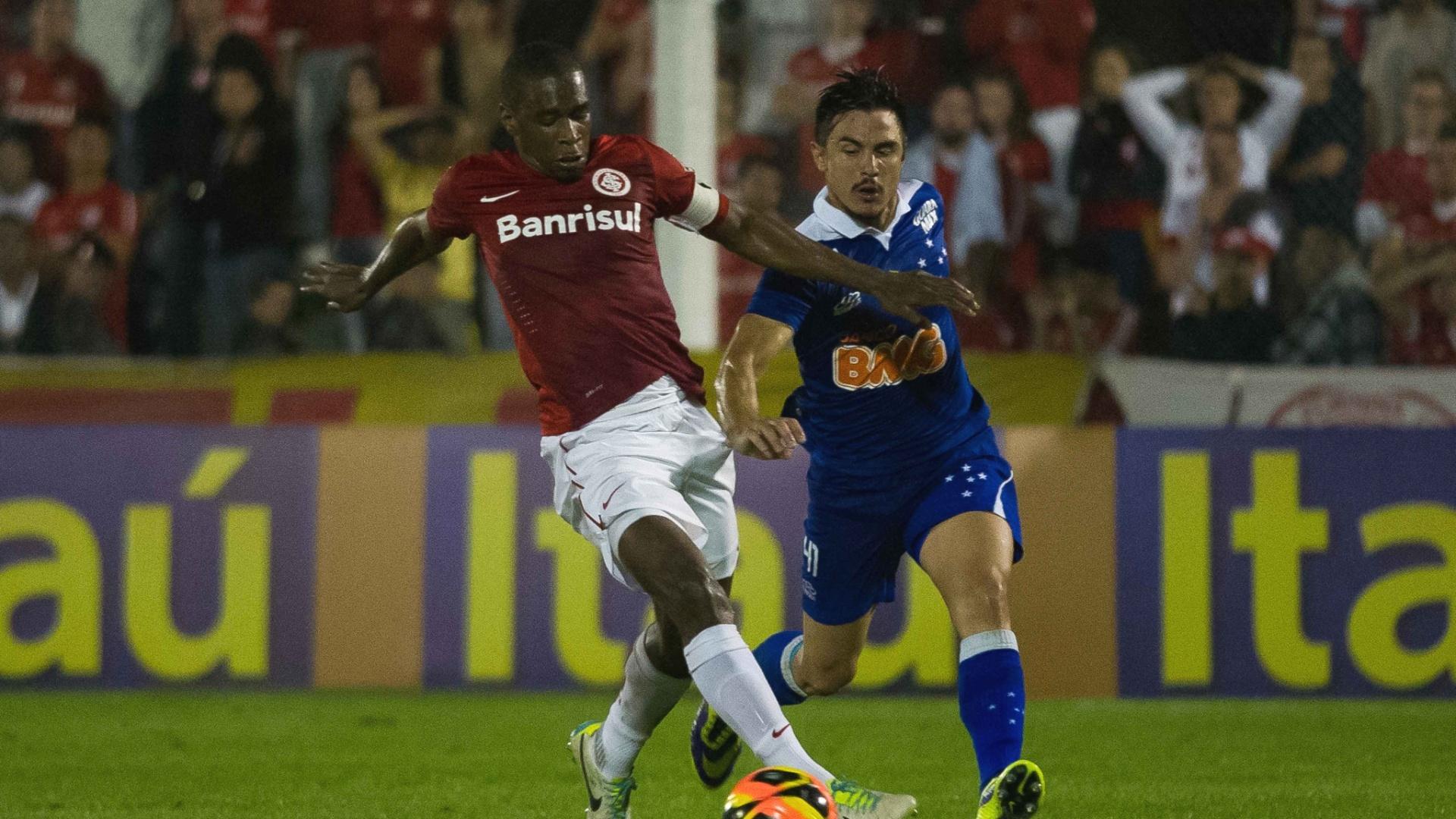 Juan divide a bola com Willian durante jogo Internacional x Cruzeiro (29/09/2013)