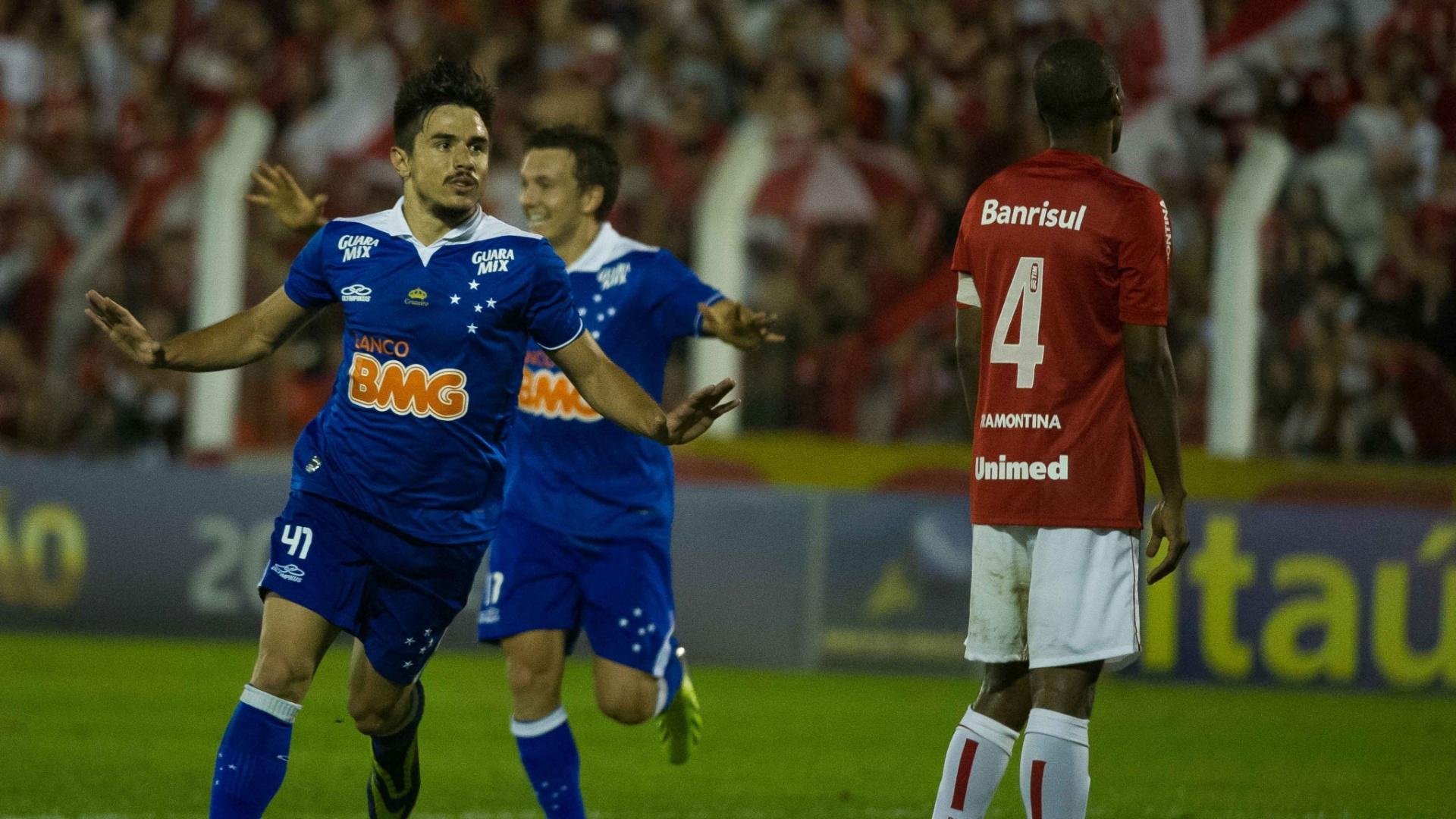 Willian comemora gol marcado em Inter x Cruzeiro, no estádio do Vale (209/09/2013)