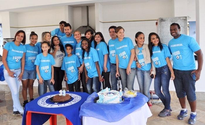 30 setembro 2013 - Goleiro Fábio, do Cruzeiro, foi homenageado por fãs, ao comemorar os seus 33 anos