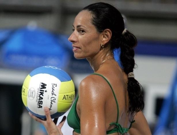 Ana Paula sorri durante treinamento na areia de Atenas, durante os Jogos Olímpicos em 2004