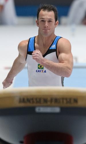 01.10.2013 - Diego Hypolito corre para o seu salto durante as eliminatórias do aparelho no Mundial