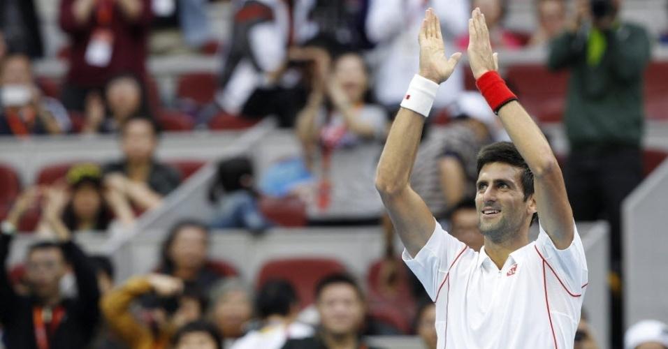 01.out.2013 - Novak Djokovic cumprimenta a torcida de Pequim após derrotar Lukas Rosol na primeira rodada