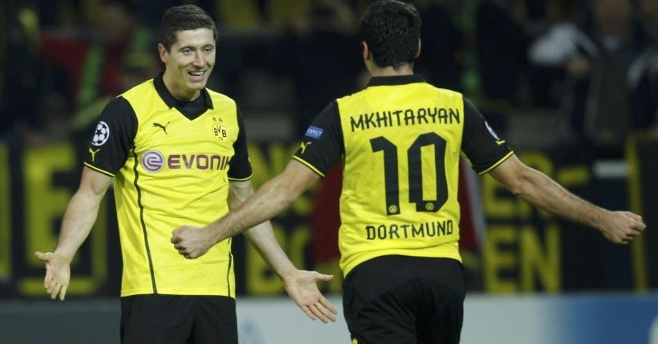 01.out.2013 - Robert Lewandowski comemora depois de marcar um de seus dois gols na vitória do Borussia Dortmund por 3 a 0 diante do Olympique