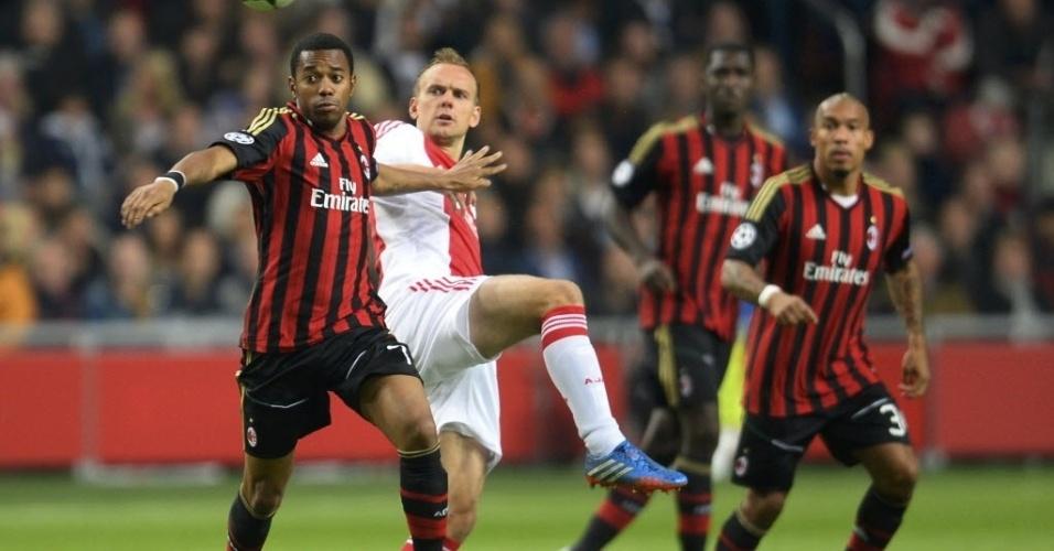 01.out.2013 - Robinho briga pela bola com Siem de Jong na partida entre Milan e Ajax pela Liga dos Campeões