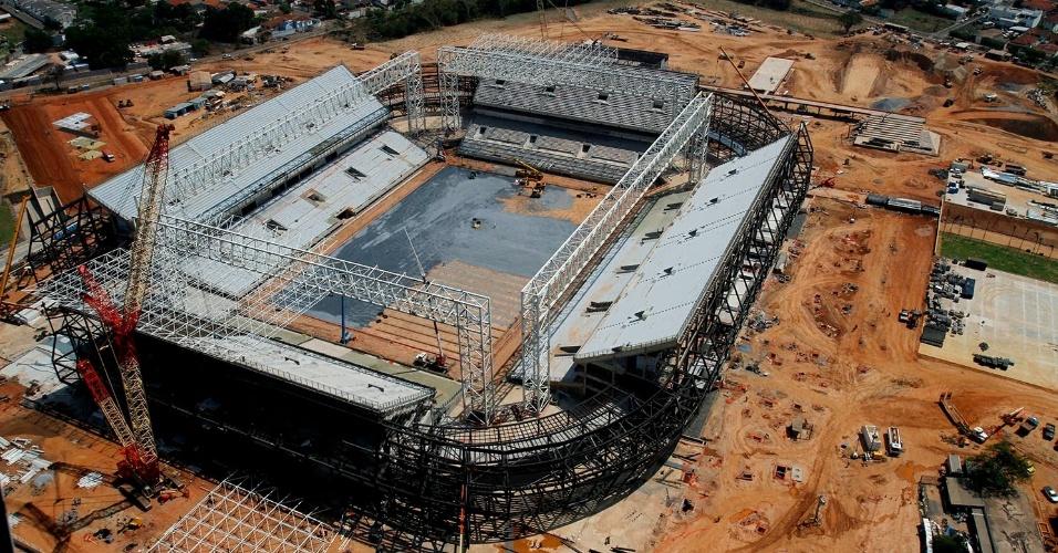 25.set.2013 - Operários trabalham na preparação do terreno da Arena Pantanal para começar plantio de grama