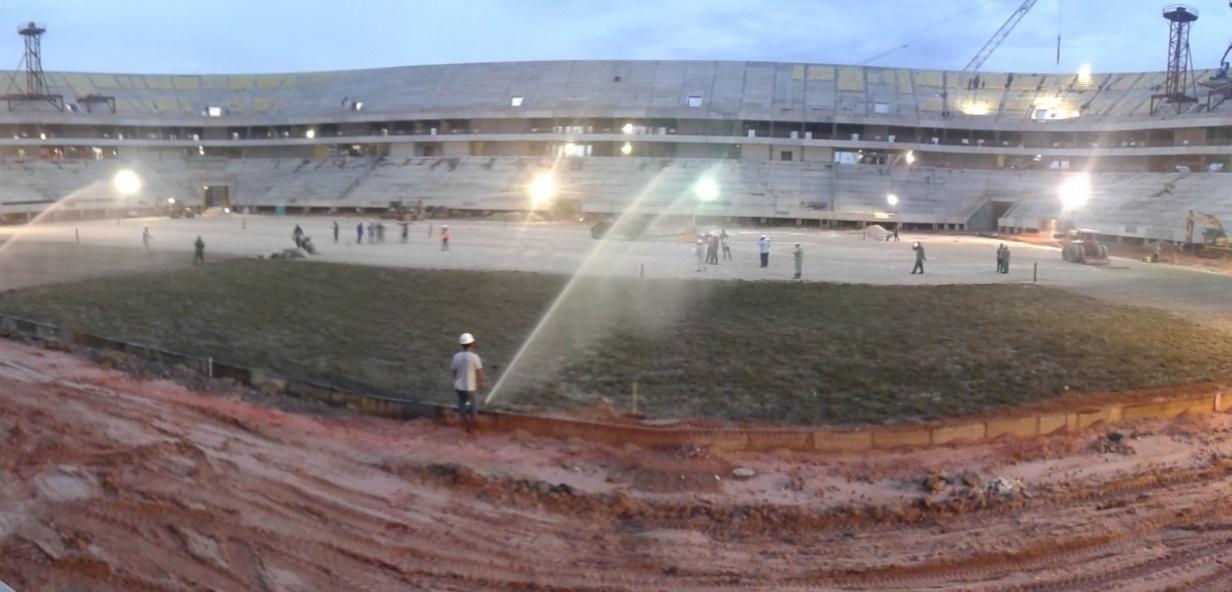30.set.2013 - Mudas de gramado da Arena da Amazônia vieram de uma fazenda de São José dos Campos, em São Paulo. Plantio é feito por empresa que trabalhou nos seis estádios da Copa das Confederações