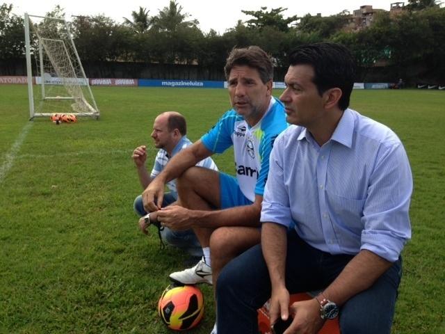 Marcos Chitolina (e), Renato Gaúcho (c) e Rui Costa (d) conversam em treino do Grêmio