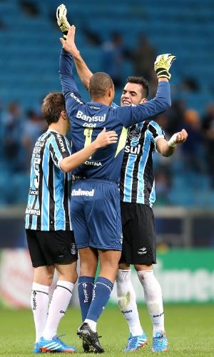 02.out.2013 - Dida, Bressan e Rhodolfo comemoram o gol do Grêmio contra o Atlético-PR