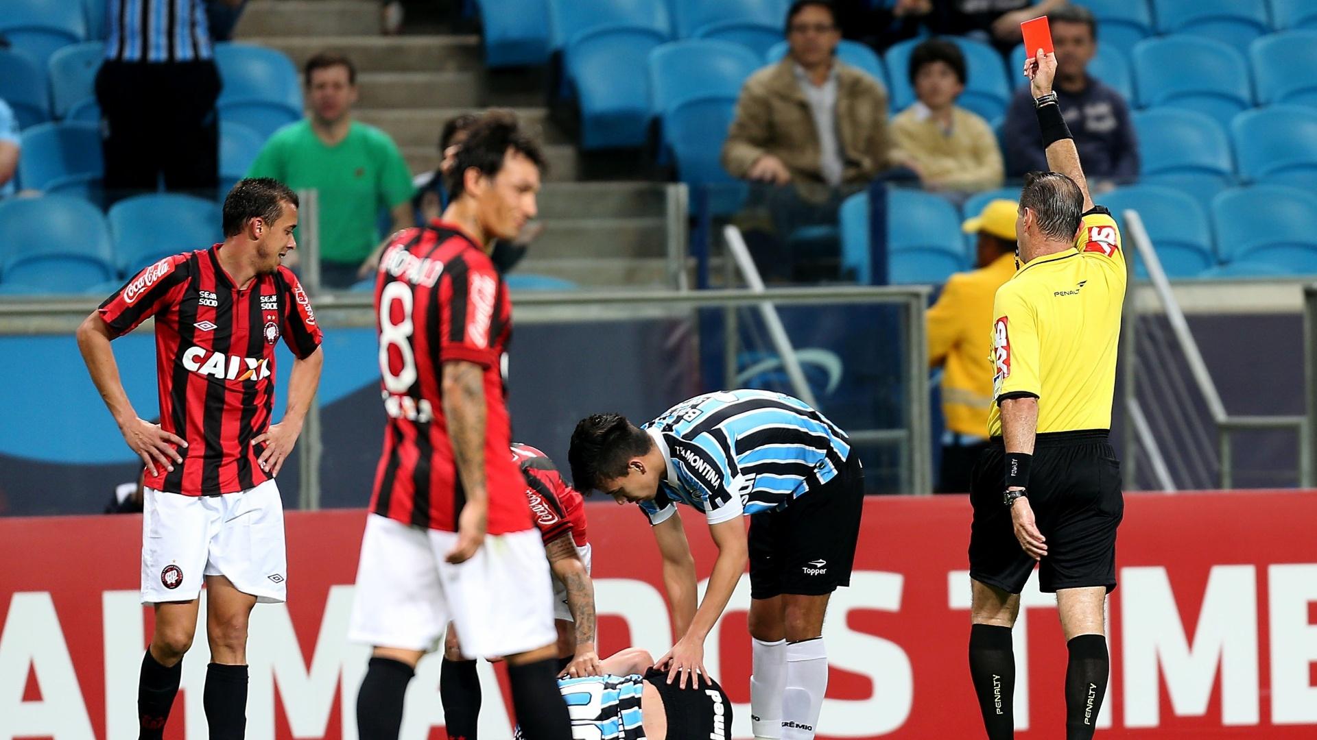 02.out.2013 - Lateral Pedro Botelho, do Atlético-PR, recebe cartão vermelho após acertar Kléber, do Grêmio