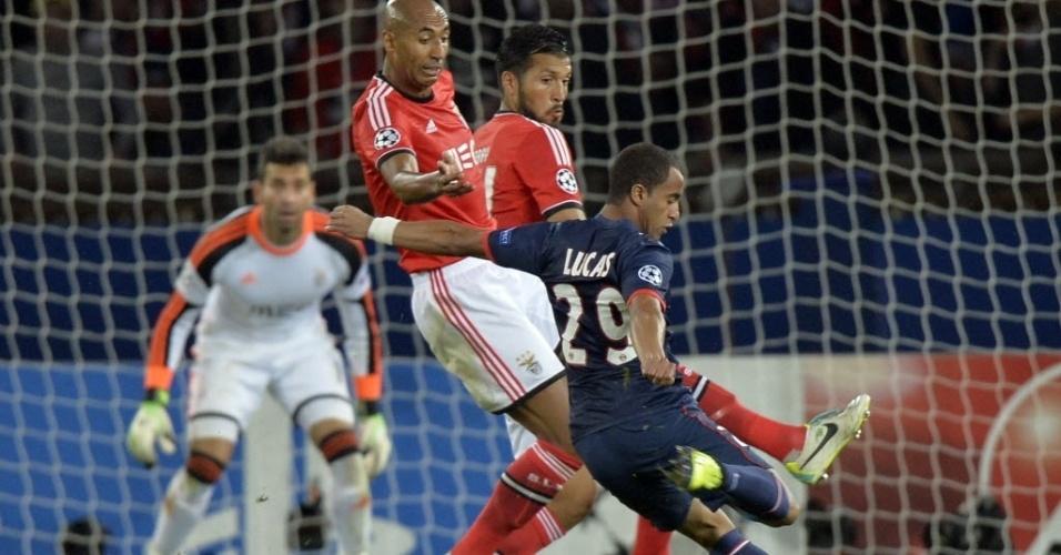 02.out.2013 - Lucas entra apenas no segundo tempo e tenta a finalização durante a partida entre PSG e Benfica pela Liga dos Campeões