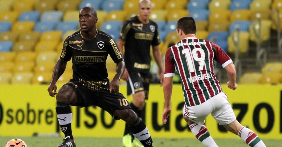 02.out.2013 - Marcado por Wagner, Seedorf tenta jogada para o Botafogo contra o Fluminense