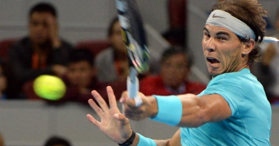 02.out.2013 - Rafael Nadal rebate bola durante a partida contra Philipp Kohlschreiber em Pequim