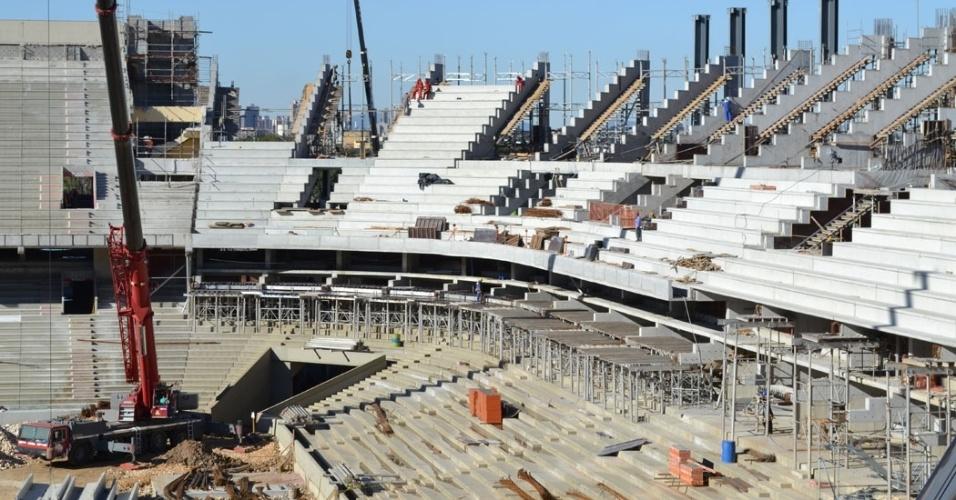 07.jun.2013 - Operários trabalham na instalação de degraus da nova arquibancada da arena