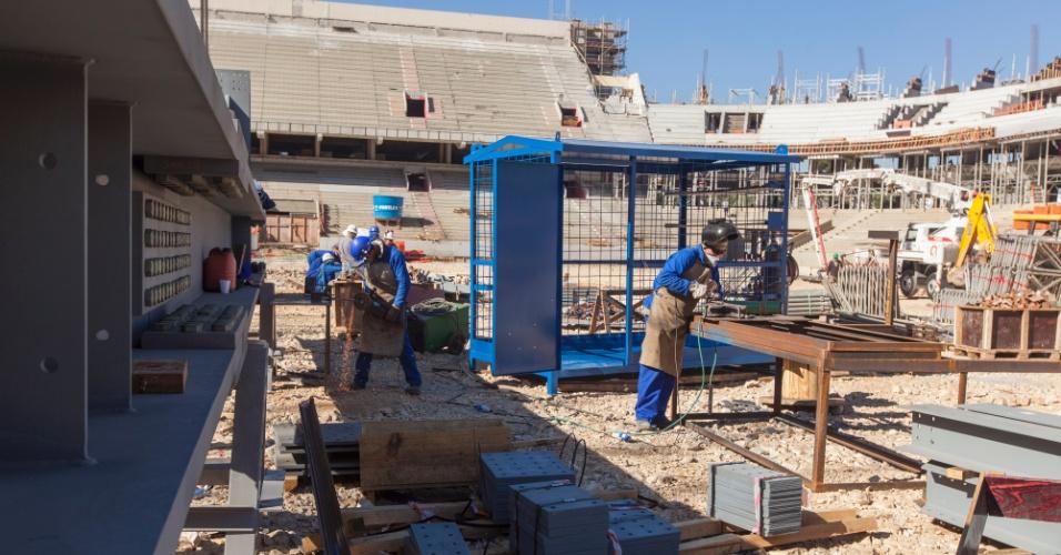08.mai.2013 - Campo da Arena da Baixada virou canteiro de obras durante a reforma do estádio