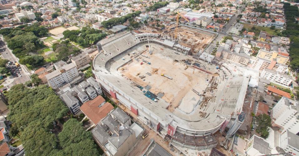 09.abr.2013 - Vista aérea das obras da Arena da Baixada, em Curitiba