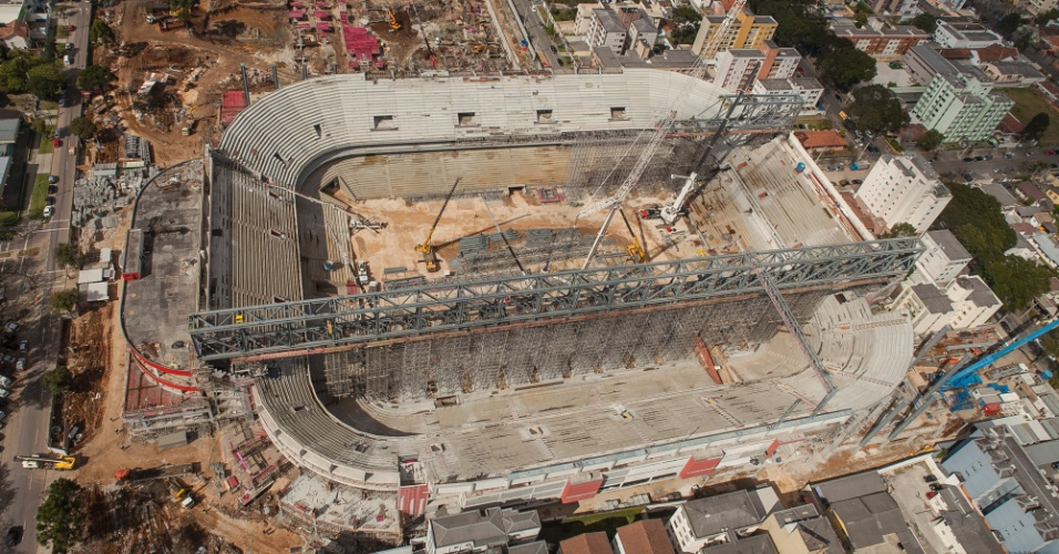 20.ago.2013 - Ao fim de agosto, reforma da Arena da Baixada atingiu 78,9% de conclusão