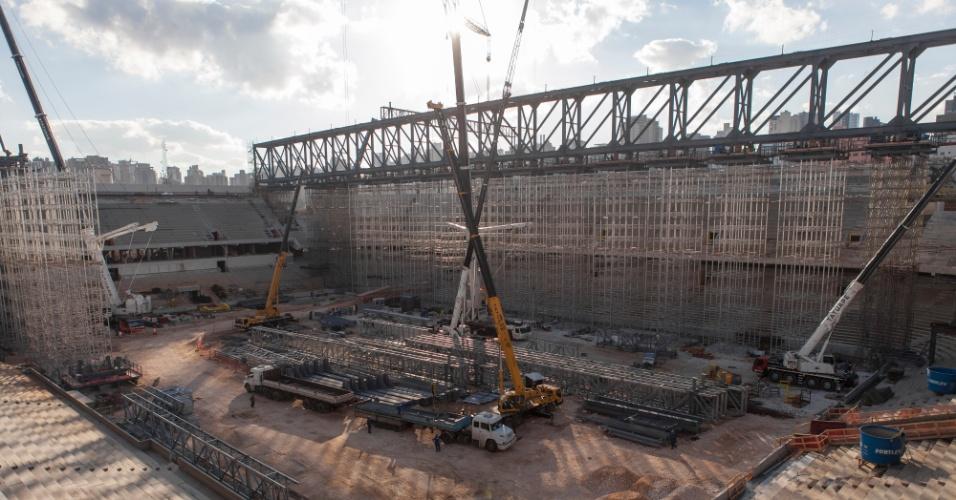 20.ago.2013 - Estrutura de ferro é montada para sustentar nova arquibancada da arena
