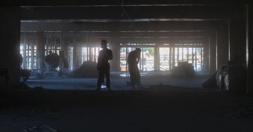20.ago.2013 - Operários trabalham no interior do novo estádio de Curitiba