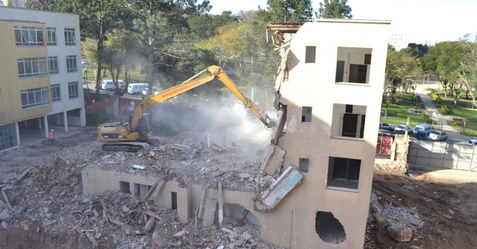 29.jul.2013 - Prédio vizinho à arena é demolido para abrir espaço para as obras