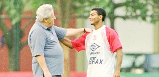 Washington Rodrigues, o Apolinho, conversa com Romário em treino do Fla em 1995