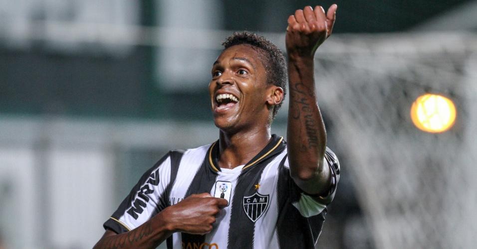 03.out.2013 - Jô comemora gol sobre a Ponte Preta em jogo válido pelo Campeonato Brasileiro