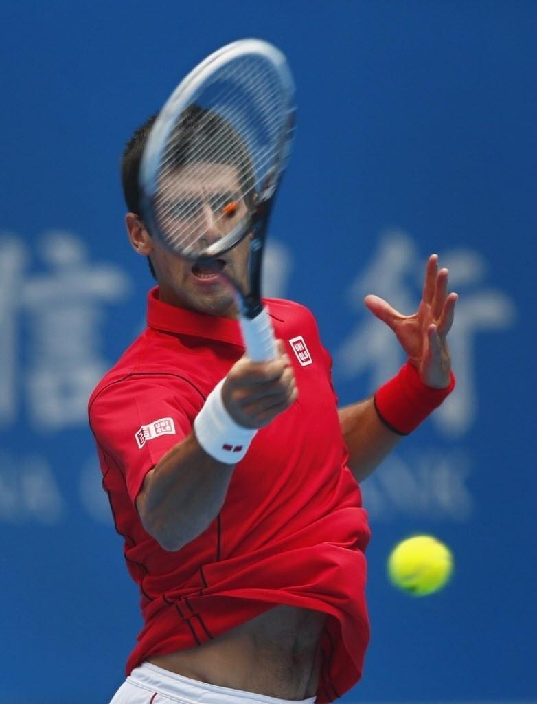 03.out.2013 - Novak Djokovic tenta jogada durante a partida contra Fernando Verdasco em Pequim