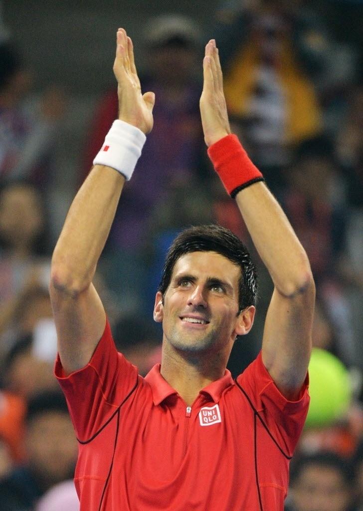 04.out.2013 - Novak Djokovic comemora a vitória sobre Sam Querrey, que o colocou nas semifinais de Pequim