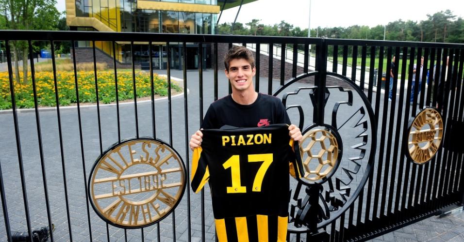 Lucas Piazon exibe camias do Vitesse após sua apresentação ao time holandês