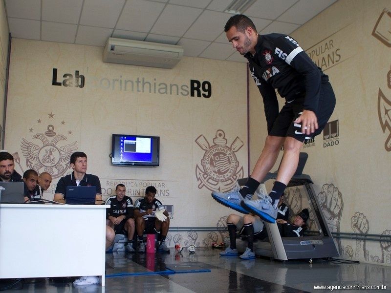 Renato Augusto, meia do Corinthians, faz testes físicos no R9 Lab, no CT do clube