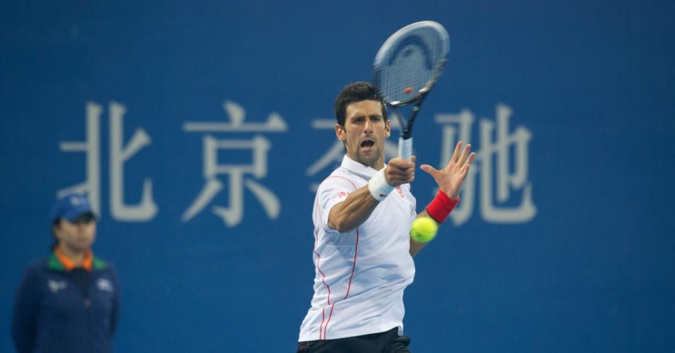 05.10.2013 - Djokovic bate na bola na vitória contra Gasquet pela semifinal do ATP 500 de Pequim